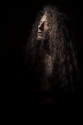 Spotlight Selbstportrait mit zerzaustem Haar - p1180m965882 von chillagano