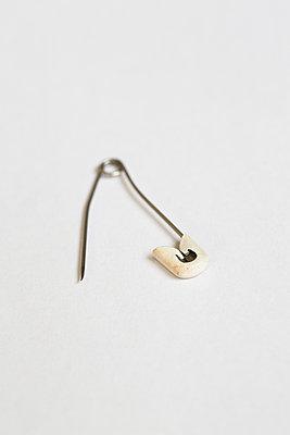 Bent safety pin - p1682m2270274 by Régine Heintz