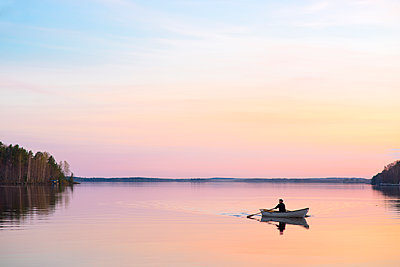 Finland, Pirkanmaa, Tampere, Pyhajarvi, Man in boat on lake - p352m1187493 by Jukka Aro