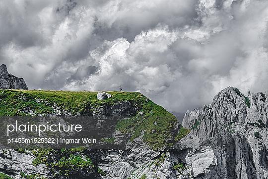 Einzelperson steht auf einer Felswand im Triglav Nationalpark in Slowenien - p1455m1525522 von Ingmar Wein