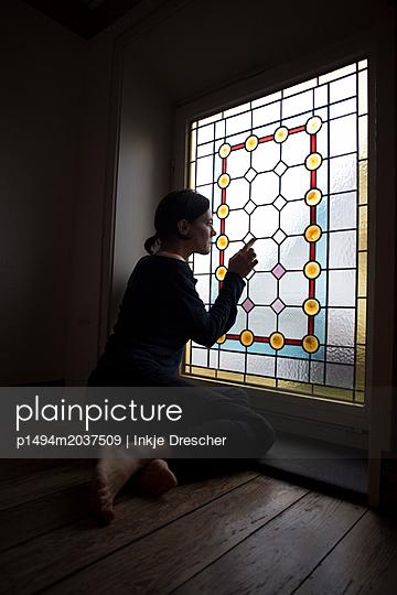 am Fenster - p1494m2037509 von Inkje Drescher