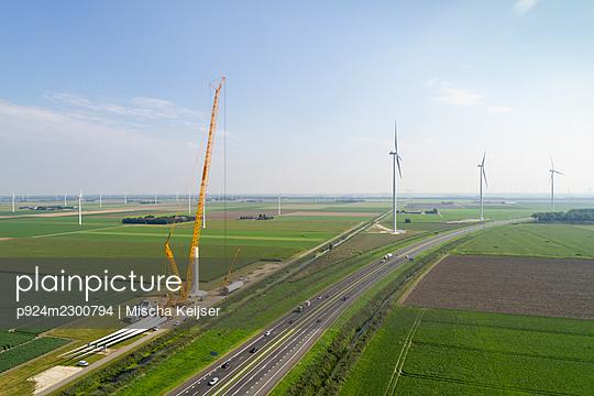 Nederland, Almere, Aerial view of wind farm under construction - p924m2300794 by Mischa Keijser