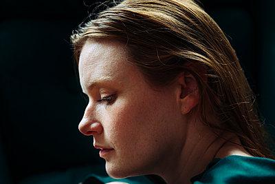 Portrait einer jungen Frau im Profil - p1491m2173387 von Jessica Prautzsch
