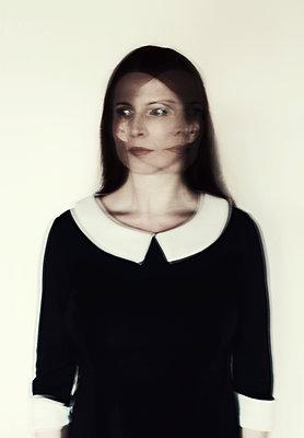 Portrait einer Frau in Bewegung - p1574m2158159 von manuela deigert