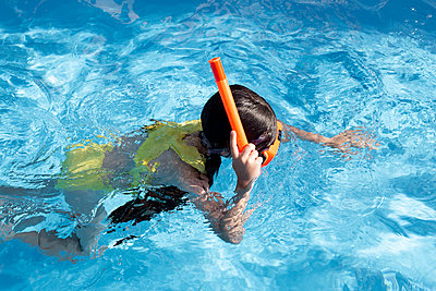 Lttle girl with snorkel and diving goggles in swimming pool - p300m2069555 von Eloisa Ramos