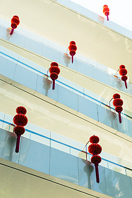Chinesische Lampions an Fassade - p728m1362355 von Peter Nitsch