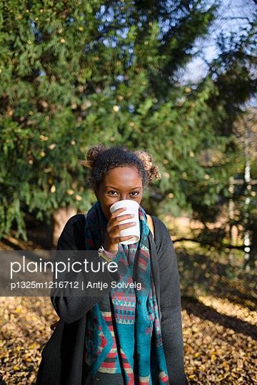 Junge Frau im herbstlichen Park - p1325m1216712 von Antje Solveig