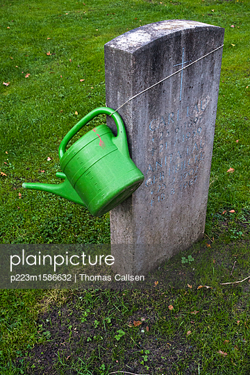 Grabstein mit umgehängter Gießkanne - p223m1586632 von Thomas Callsen