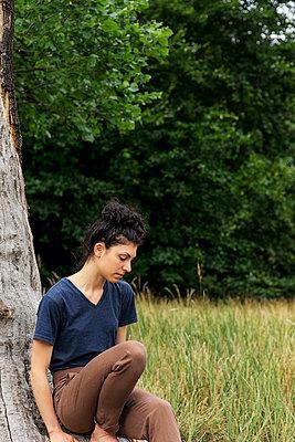 Junge Frau an einem toten Baum - p1212m1170649 von harry + lidy