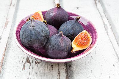Bio figs in a bowl - p300m1537301 by Larissa Veronesi
