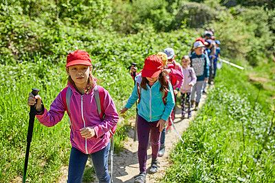Kids on a field trip on trail - p300m1587760 von Zeljko Dangubic