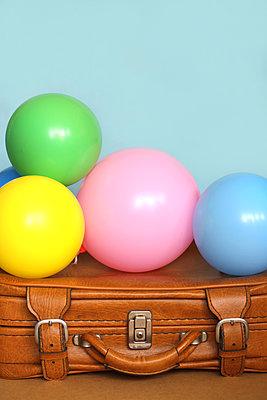 Alter brauner Koffer mit Luftballons       - p450m1525247 von Hanka Steidle