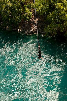 Bungee Jumping von der Kawarau Bridge in Neuseeland - p470m1573199 von Ingrid Michel