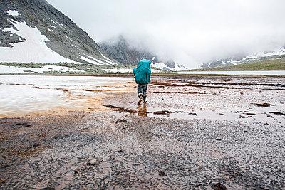 Mari backpacker walking in remote field - p555m1410852 by Aliyev Alexei Sergeevich