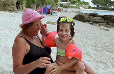 Oma und Enkelin am Strand - p8280160 von souslesarbres