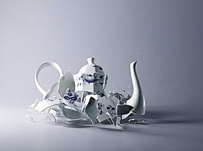 Broken Coffeepot - p851m777841 by Lohfink