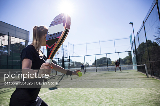 plainpicture | Photo library for authentic images - plainpicture p1166m1534525 - Woman playing tennis with f... - plainpicture/Cavan Images/Cavan Social