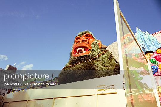 Gorilla auf Jahrmarkt-Anhänger - p432m2030715 von mia takahara