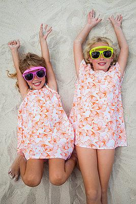Coole kleine girls im Sand - p045m2007857 von Jasmin Sander