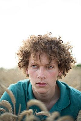 Young man in field, portrait - p1267m2259730 by Jörg Meier