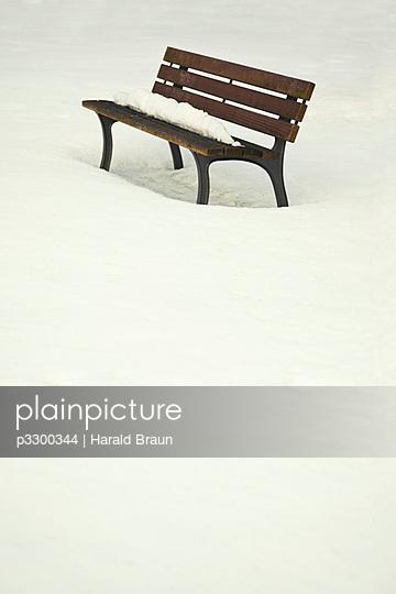 Parkbank im Schnee - p3300344 von Harald Braun