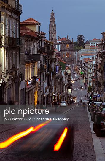 Street scene and  Igreja de Sao Pedro de Miragaia in the evening, Porto, Portugal - p300m2119632 by Christina Falkenberg
