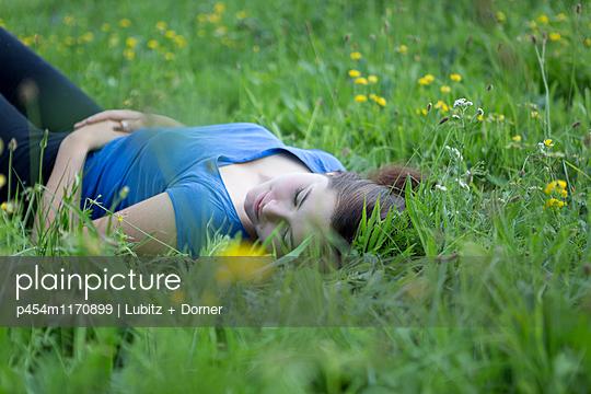 Auf der grünen Wiese - p454m1170899 von Lubitz + Dorner