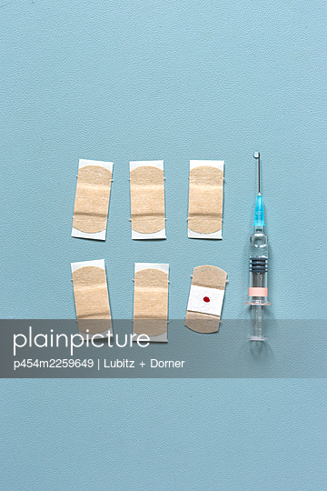 Vaccination via injection - p454m2259649 by Lubitz + Dorner
