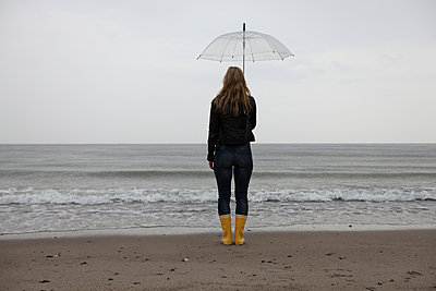 Grey day at the sea - p045m933692 by Jasmin Sander