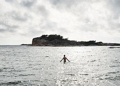 Frau im Wasser - p1124m1165578 von Willing-Holtz