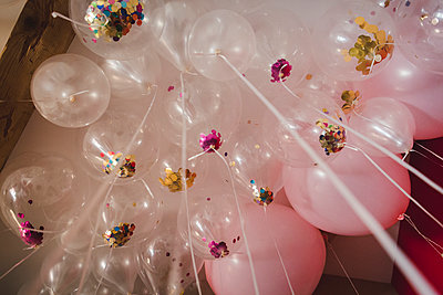 Pink balloons - p1150m2053507 by Elise Ortiou Campion