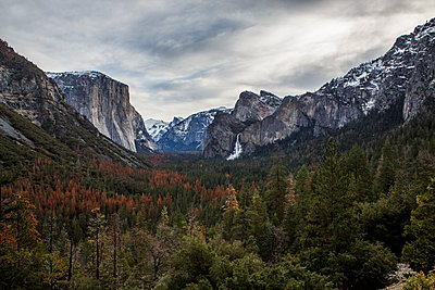 Tunnel View, The Most Famous Overlook in Yosemite National Park - p1166m2088337 by Cavan Images