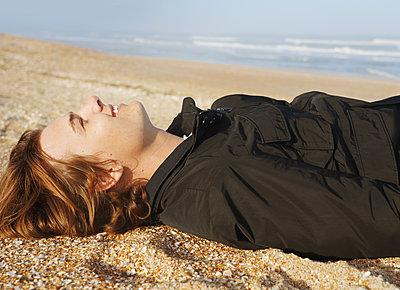 Junger Mann am Meer - p1694m2291646 von Oksana Wagner