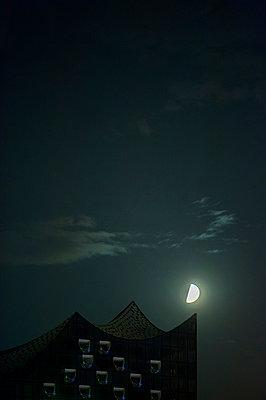 Halbmond über der Elbphilharmonie - p229m1481816 von Martin Langer