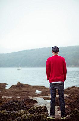 Mann am Meer - p432m854537 von mia takahara