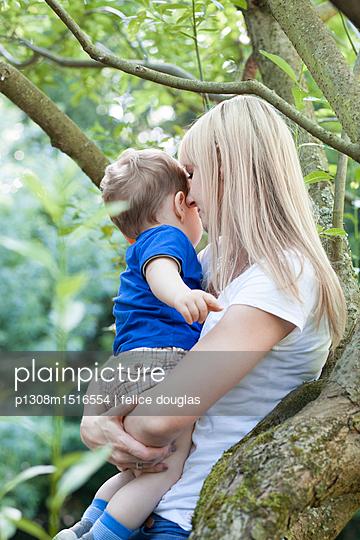 Mutter mit Sohn - p1308m1516554 von felice douglas