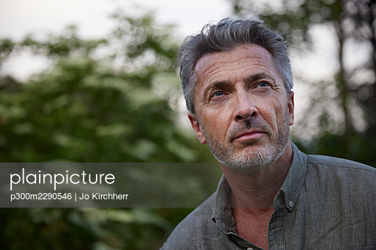 Mature man with stubble in forest - p300m2290546 by Jo Kirchherr