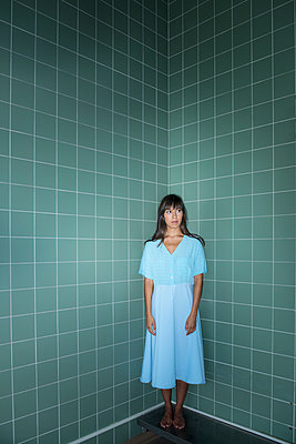Woman in bathroom - p427m2022693 by Ralf Mohr