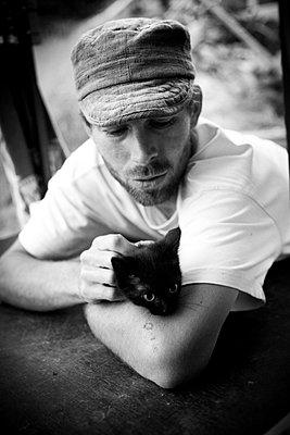Mann mit Katze - p672m903942 von Vanessa Chambard