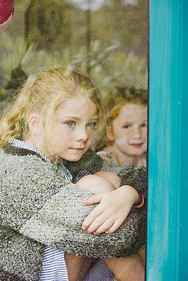 Hinter der Fensterscheibe - p904m1481134 von Stefanie Päffgen