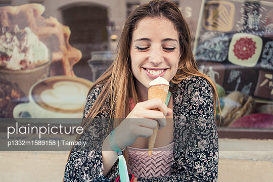 Junge Frau isst Eiscreme - p1332m1589158 von Tamboly