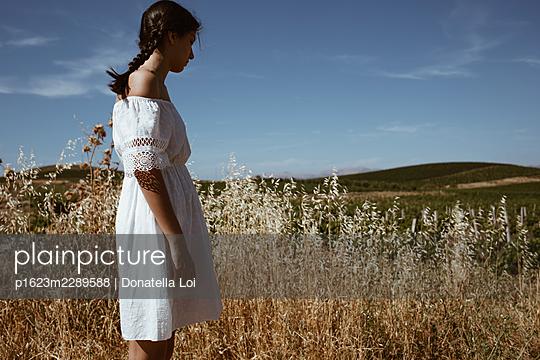Mädchen auf einem Feld im Sommer - p1623m2289588 von Donatella Loi