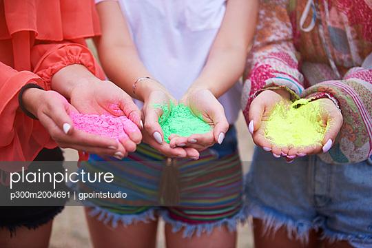 Holi colors in hands of women - p300m2004691 von gpointstudio