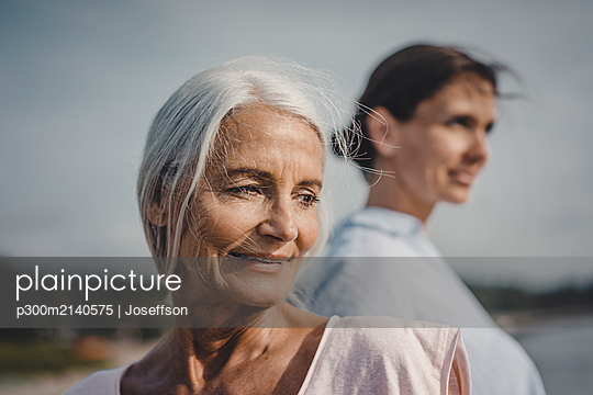 Mother and daughter spending a day at the sea, portrait - p300m2140575 by Joseffson