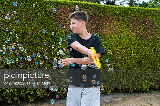 Blowing bubbles - p427m2022611 by Ralf Mohr