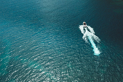 Traveling in a motorboat, aerial view - p1437m2283308 by Achim Bunz