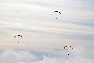 Paragliding - p322m938864 von Simo Vunneli