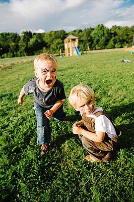 Zwei Jungen spielen im Park - p819m1065067 von Kniel Mess
