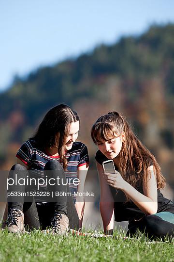 Zwei Mädchen mit Handy - p533m1525228 von Böhm Monika