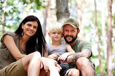 Portrait of happy family with son in forest - p300m1499418 by Michelle Fraikin